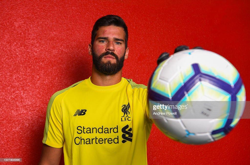 Liverpool Unveil New Signing Alisson : ニュース写真
