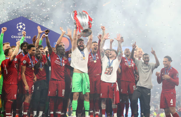LIGUE DES CHAMPIONS UEFA 2018-2019//2020-2021 - Page 12 Alisson-becker-of-liverpool-lifts-the-trophy-during-the-uefa-league-picture-id1153189795?k=6&m=1153189795&s=612x612&w=0&h=mZpk6bKdHzoDC0ZR3S-SWxogEwDa0W1DwqU3CUqbndQ=