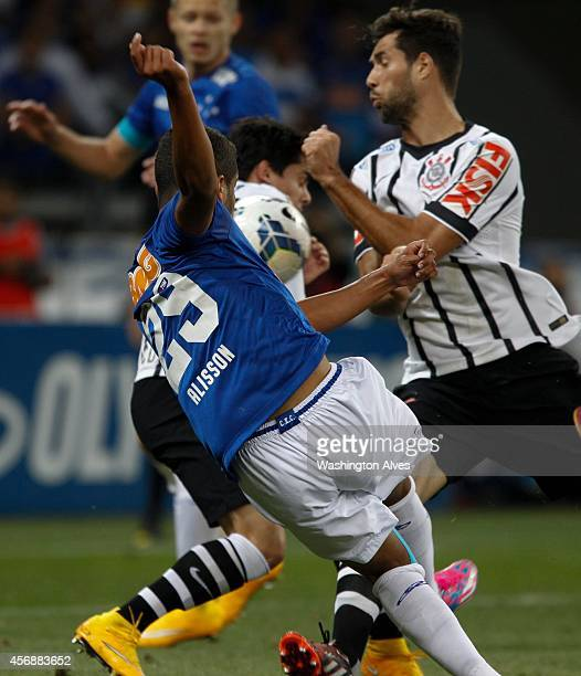 Alisson of Cruzeiro in action during a match between Cruzeiro and Corinthians as part of Brasileirao Series A 2014 at Mineirao Stadium on October 08...
