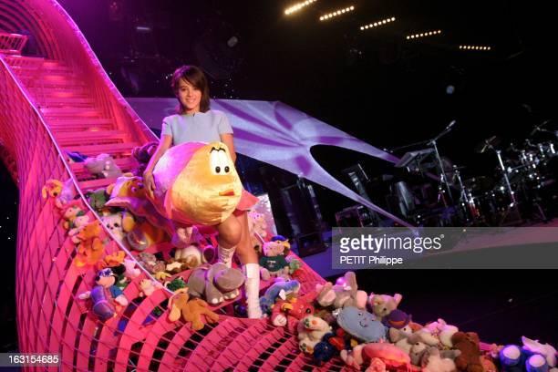 Alizee At The Olympia Spécialement pour Paris Match ALIZEE posant au milieu des peluches que ses fans lui ont jetées sur scène assise dans l'escarpin...