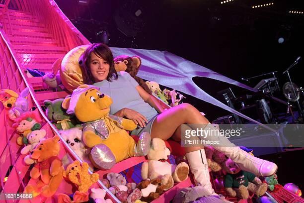 Alizee At The Olympia Spécialement pour Paris Match ALIZEE posant au milieu des peluches que ses fans lui ont jetées sur scène allongée dans...