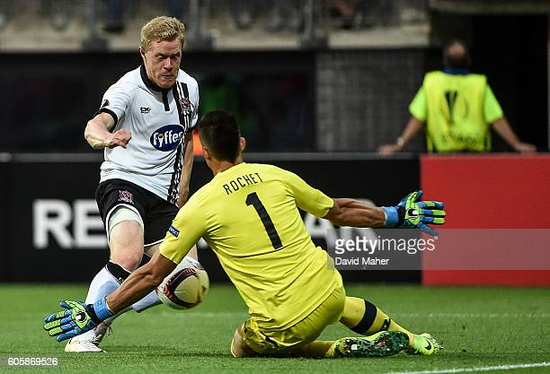 Alkmaar Netherlands 15 September 2016 Daryl Horgan of Dundalk has his shot saved by Sergio Rochet of AZ Alkmaar during the UEFA Europa League Group D...