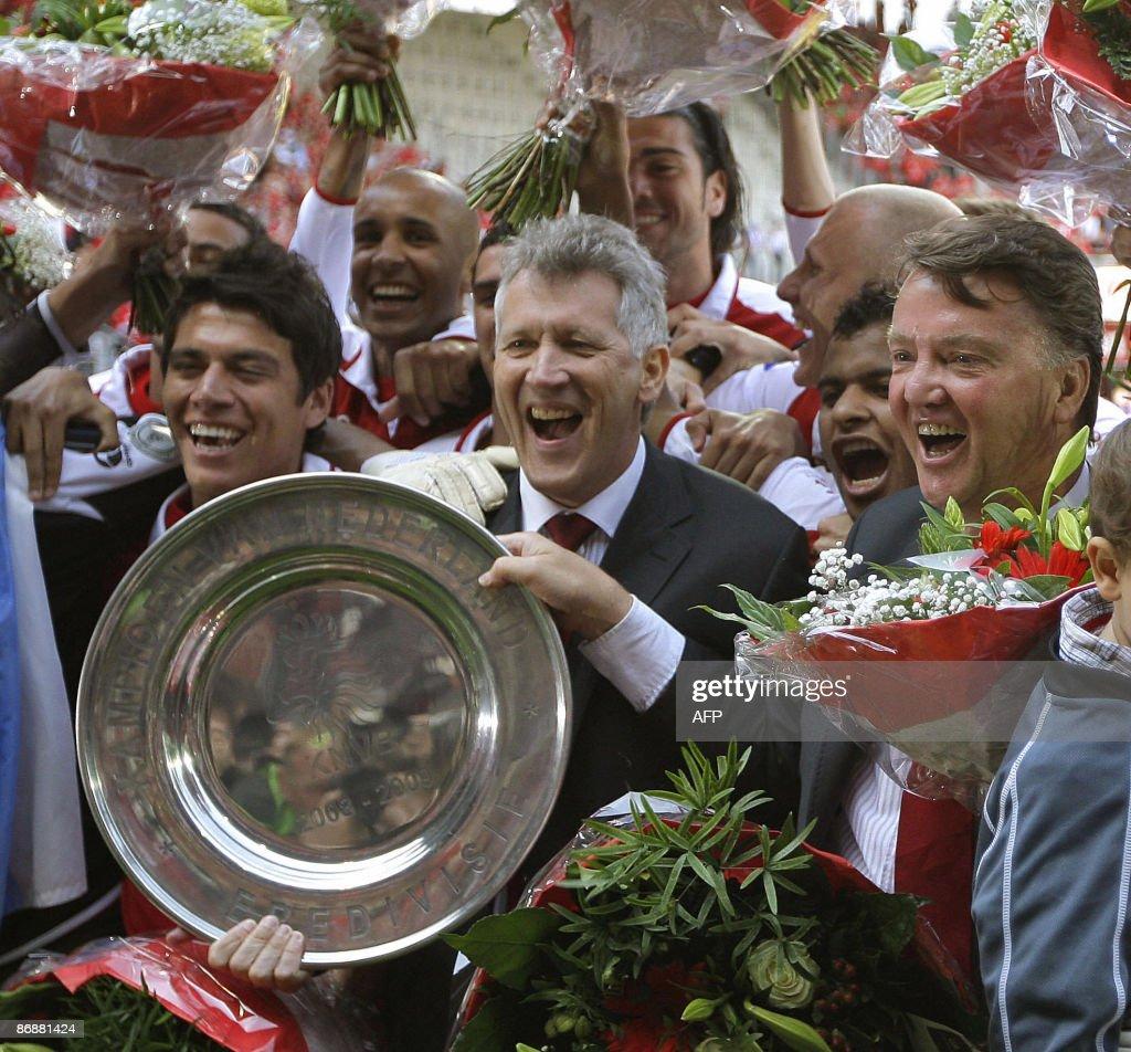 AZ Alkmaar's coach Louis van Gaal (R) an : News Photo