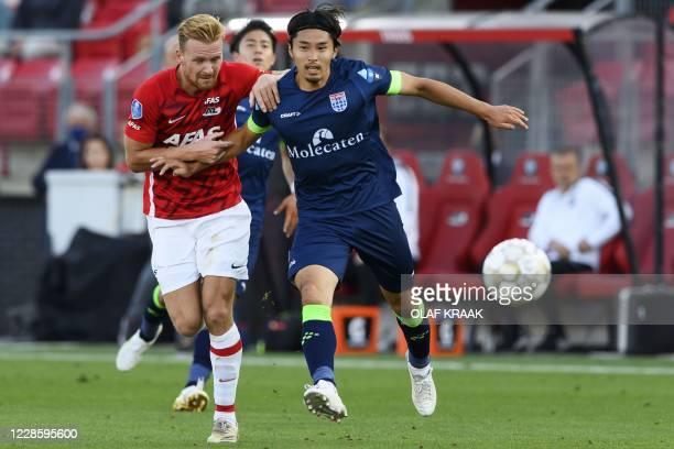 Alkmaar's Dutch midfielder Dani de Wit challenges PEC Zwolle's Dutch Japanese defender Yuta Nakayama during the Dutch Eredivisie football match...