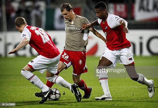 AZ alkmaar's Dutch midfielder David Mendes da Silva and Belgian defender Gill Swerts duel for the ball with Standard Liege's serbian forward Milan...