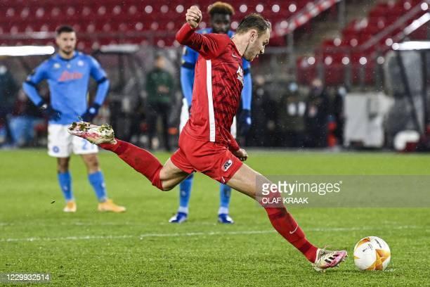 Alkmaar's Dutch midfielder Teun Koopmeiners shoots a penalty kick during the UEFA Europa League group F football match between AZ Alkmaar and SSC...