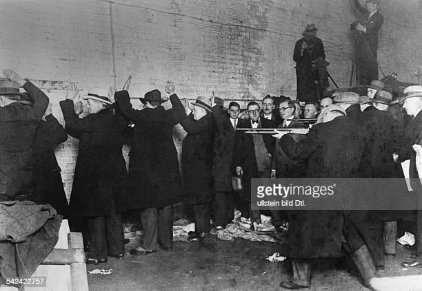 Alkohol Prohibition USA 19201933 / GangsterkriegChicago Polizei rekonstruiert dieErschießung von Schmugglern durch eineandere Gangsterbande 1929