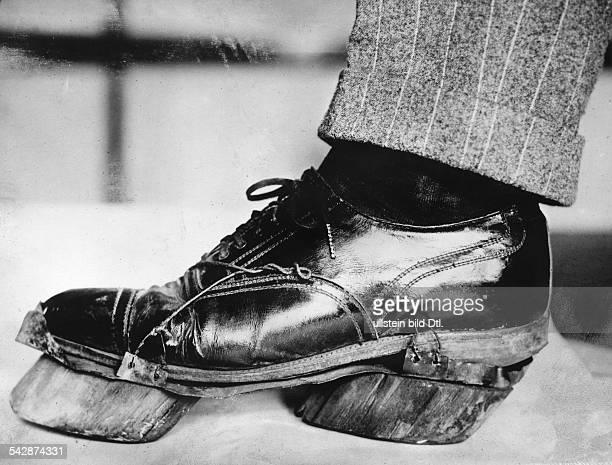 Alkohol Prohibition USA 19201933Schuh eines an der Grenze zu Canada verhafteten Alkoholschmugglers der sich unter die Schuhsohlen Holzklötze in Form...
