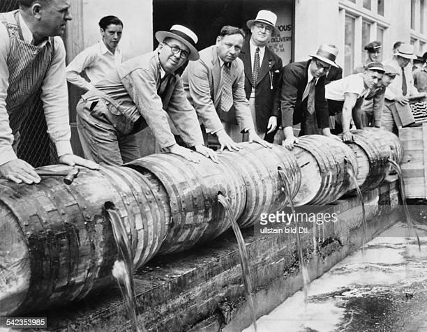 Alkohol Prohibition USA 19201933Vernichtung von Alkoholvorräten während der Prohibition1933