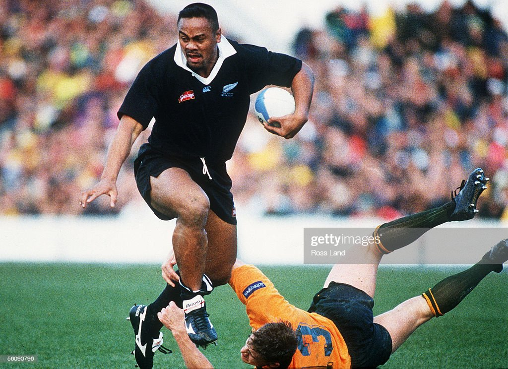 All Black Jonah Lomu slips the tackle of Australia : News Photo