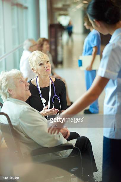 all clear to leave the hospital - outpatient care stock pictures, royalty-free photos & images