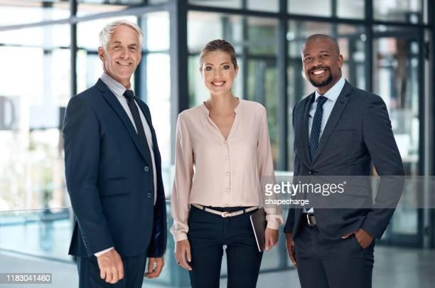 alle guten unternehmen arbeiten in teamarbeit - drei personen stock-fotos und bilder