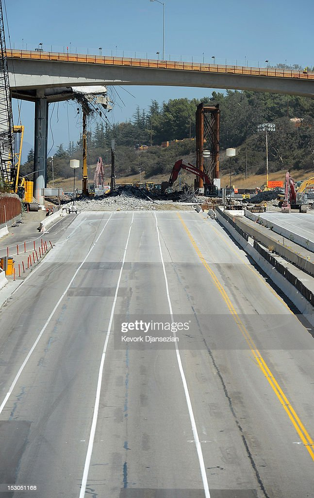 All lanes of the 405 Freeway are empty except for