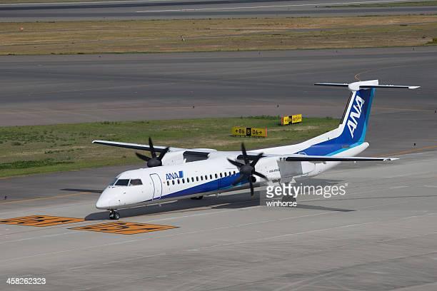 全日空ボーイングボンバルディアダッシュ 8 q400 - 中部国際空港 ストックフォトと画像