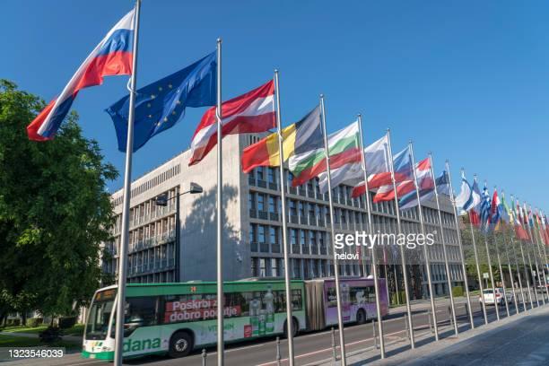 スロベニア議会前のeu旗のすべて - スロベニア国旗 ストックフォトと画像