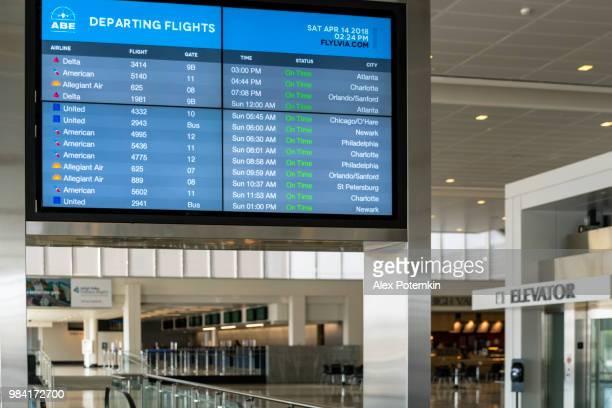 すべての時間!空港のラウンジでのフライト スケジュール情報タブロー - 液晶画面 ストックフォトと画像