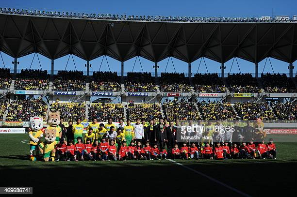 All players pose for photograph prior to the pre season friendly between Kashiwa Reysol and JEF United Chiba at Fukuda Denshi Arena on February 16...
