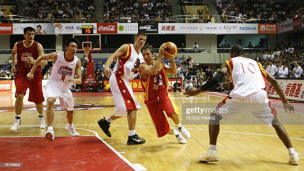 NBA All Star guard Steve Nash (2nd R) go : News Photo