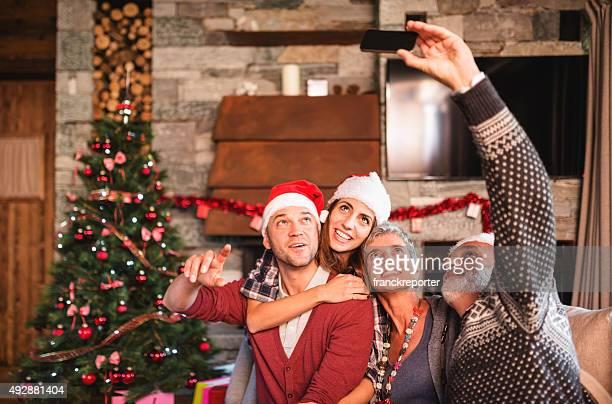 Toda la familia tomando un autorretrato para Navidad