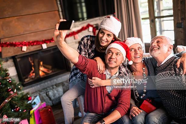 La famille prenant un selfie pour Noël