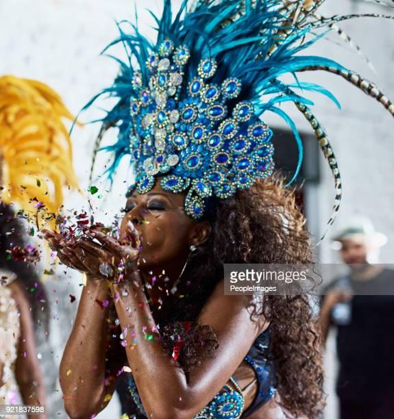 dieser glanz ist gold - showgirl stock-fotos und bilder
