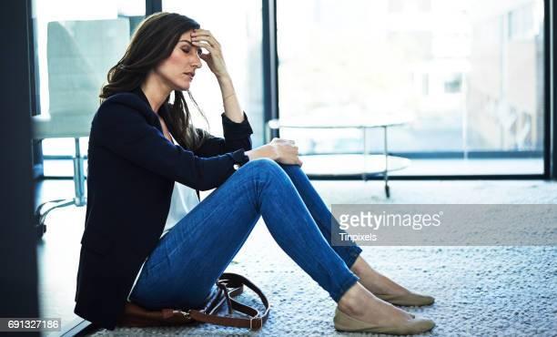 Al deze stress geeft haar een hoofdpijn