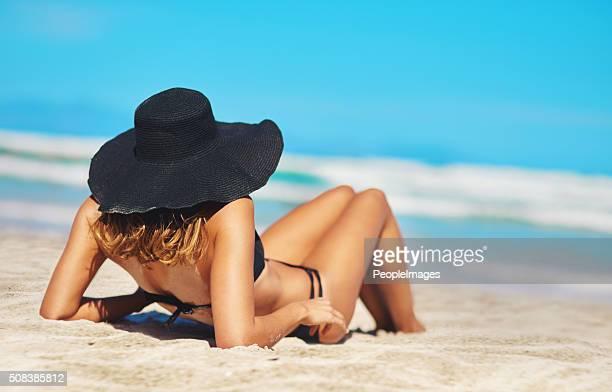 todos lo que necesitas es vitamina mar - espalda chica morena playa fotografías e imágenes de stock