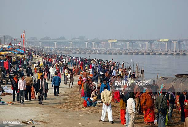 Allahabad, India, 20.01.10 - Hindus treffen sich zur Magh Mela in Allahabad um ein heiliges Bad am Sangam dem Zusammenfluss von Ganges, Yamuna und...