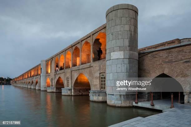 allahverdi khan bridge at dusk, isfahan, iran - エスファハーン市 ストックフォトと画像