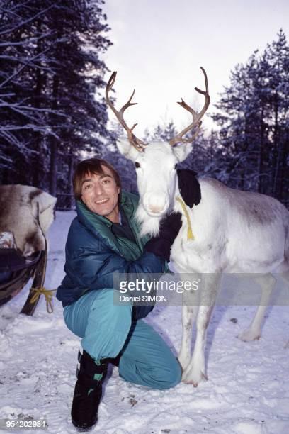 Allain BougrainDubourg en compagnie d'un renne dans le village du Père Noël à Rovaniemi en novembre 1988 Finlande