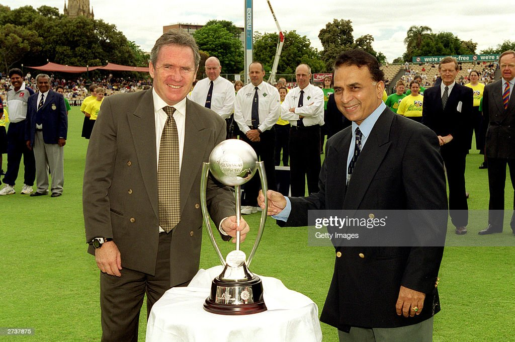 Allan Border and Sunil Gavaskar pose with trophy : News Photo