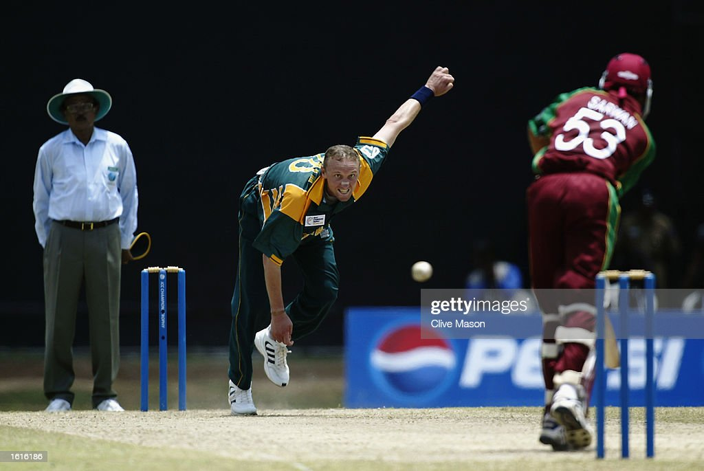 Allan Donald of South Africa and Ramnaresh Sarwan of West Indies : News Photo