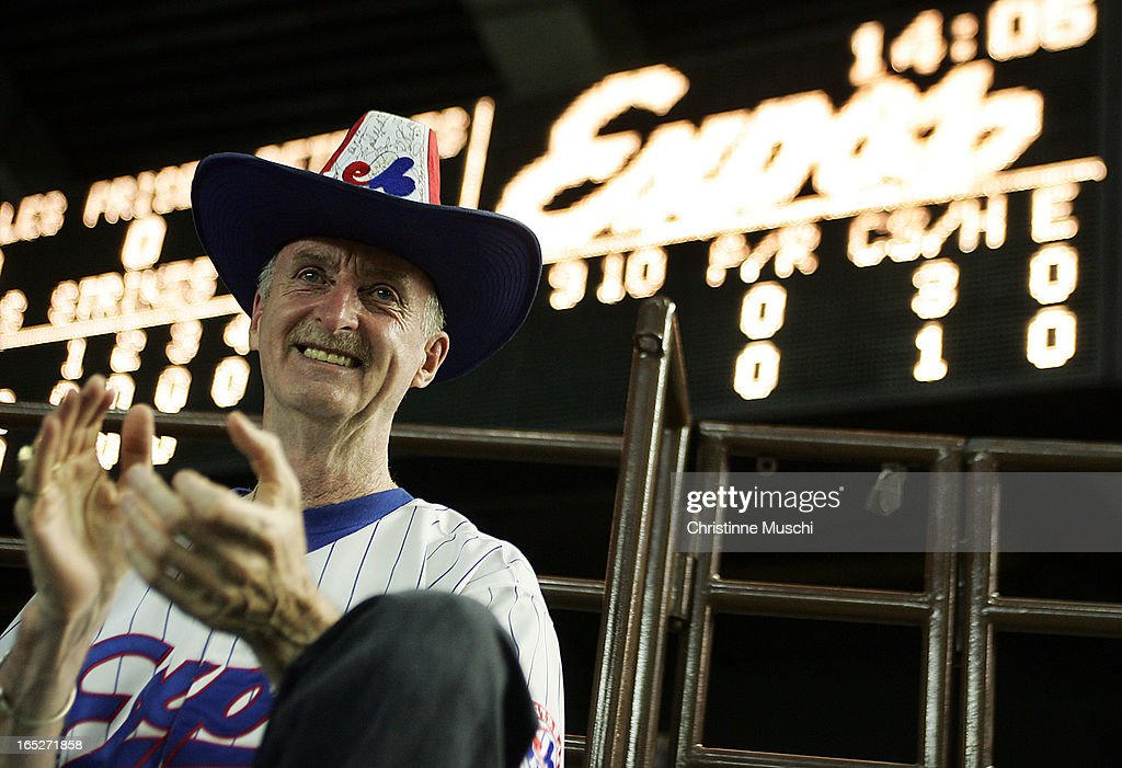 Allan Mansell claps as he watches the Montreal Expos play the Philadelphia Phillies in Montreal, Sep : News Photo