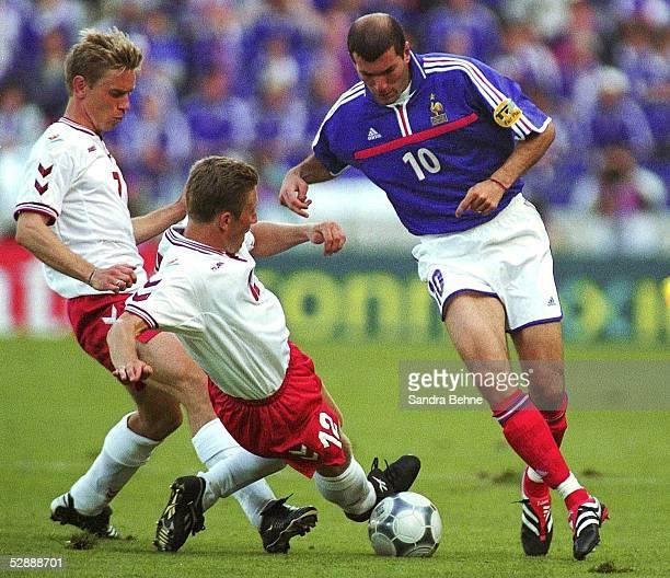 EURO 2000 Bruegge FRANKREICH DAENEMARK FRA DEN 30 Allan NIELSEN/DEN Soeren COLDING/DEN Zinedine ZIDANE/FRA