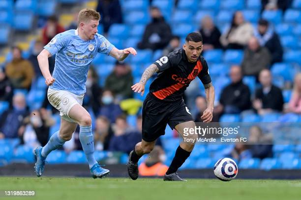Allan of Everton during and Kevin De Bruyne challenge for the ball during the Premier League match between Manchester City and Everton at the Etihad...
