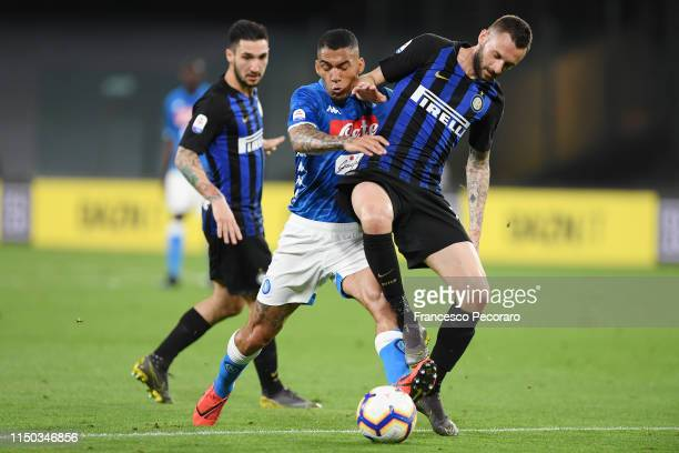 Allan of SSC Napoli vies with Marcelo Brozovic of FC Internazionale during the Serie A match between SSC Napoli and FC Internazionale at Stadio San...