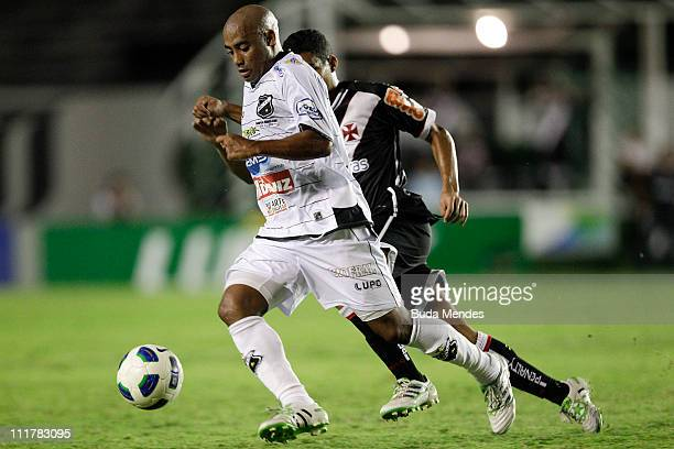 Allan of Vasco struggles for the ball with Cascata of ABC during a match as part of Brazil Cup 2011 at Sao Januario stadium on April 06, 2011 in Rio...