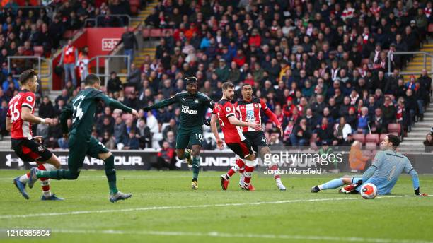 Allan SaintMaximin of Newcastle United scores his sides first goal during the Premier League match between Southampton FC and Newcastle United at St...