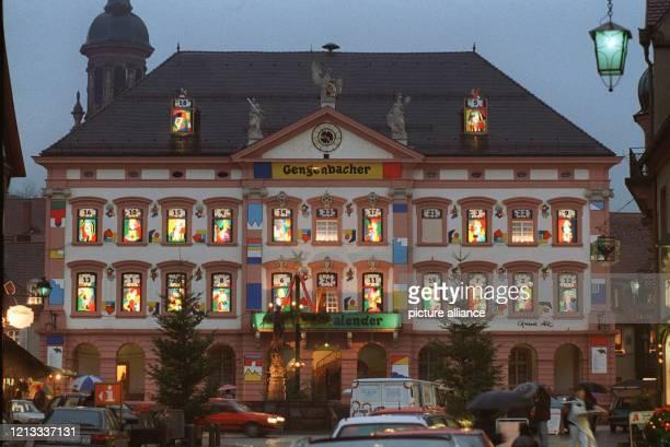Das Rathaus im badenwürttembergischen Gengenbach hat sich in der Vorweihnachtszeit in einen riesigen Adventskalender verwandelt In dem...