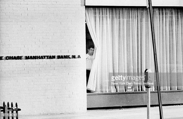 Alleged stickupman John Wojtowicz looks through the Chase Manhattan Bank window