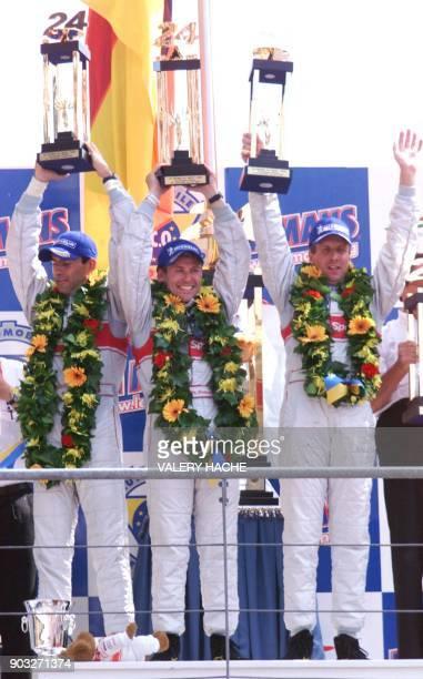 L'Allemand Frank Biela le Danois Tom Kristensen et l'Italien Emanuele Pirro célèbrent leur victoire le 16 juin 2002 sur le podium du circuit du Mans...