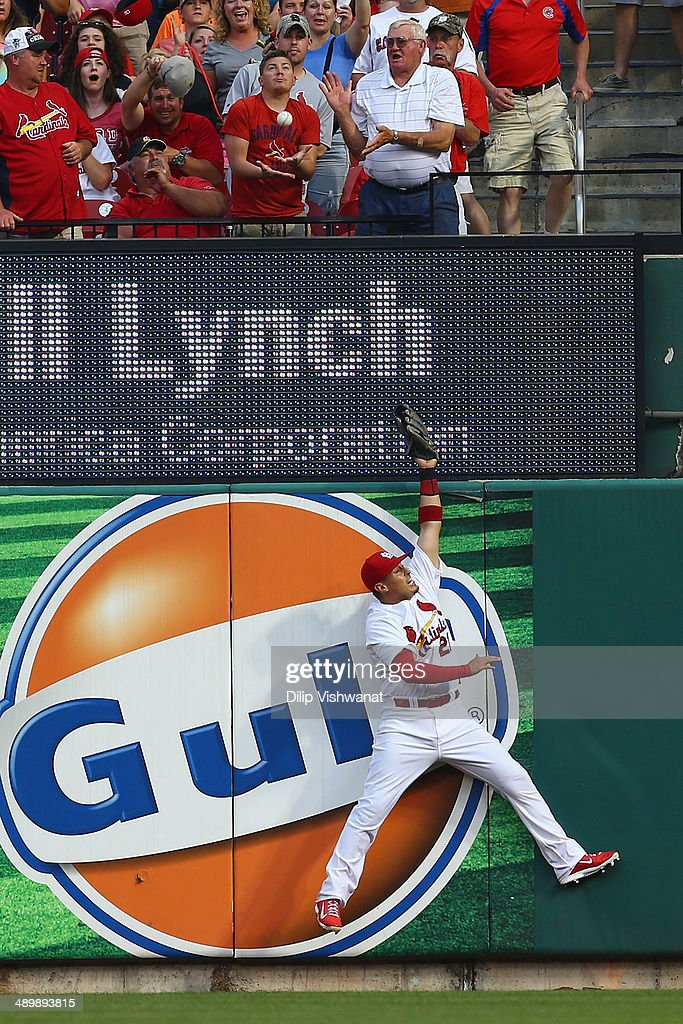 Allen Craig #21 of the St. Louis Cardinals fails to catch home run ball hit by Mike Olt #30 of the Chicago Cubs at Busch in the first inning Stadium on May 12, 2014 in St. Louis, Missouri.