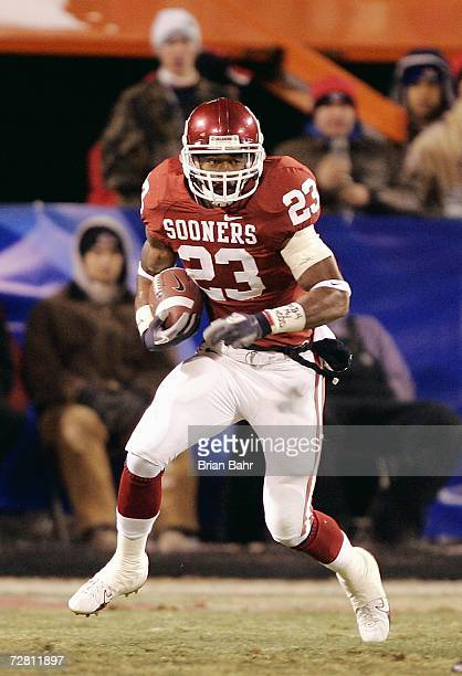 Allen Patrick of the Oklahoma Sooners carries the ball against the Nebraska Cornhuskers during the 2006 Dr Pepper Big 12 Championship on December 2...