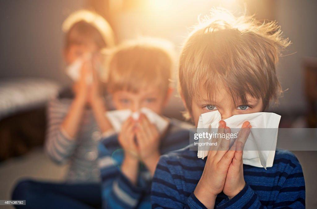 Alergia generación de niños Soplando las narices : Foto de stock