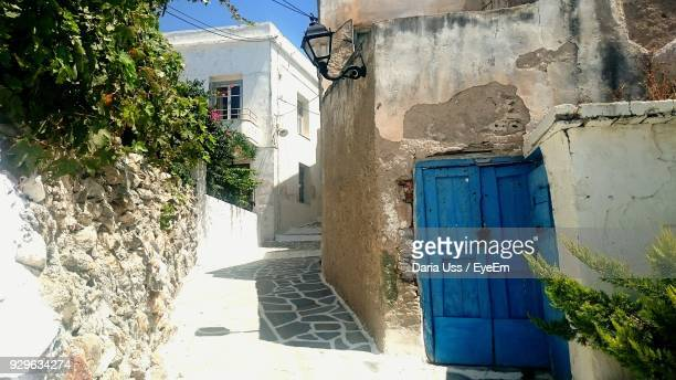 alley amidst houses during sunny day - naxos stockfoto's en -beelden