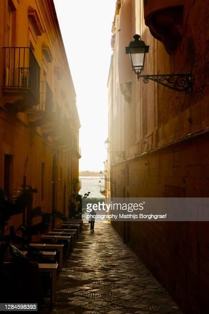 alley in the old town of siracusa - matthijs borghgraef stockfoto's en -beelden