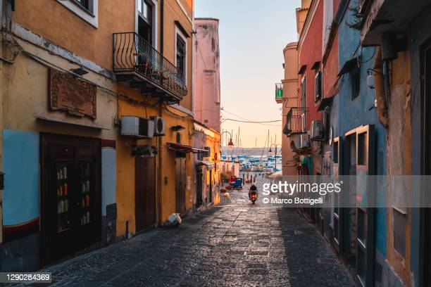 alley to the harbor, procida island, italy - naples italie photos et images de collection