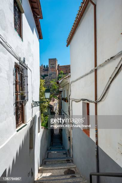 alley with view of the towers of the alhambra, albaicin district, granada, andalusia, spain - granada provincia de granada stock pictures, royalty-free photos & images