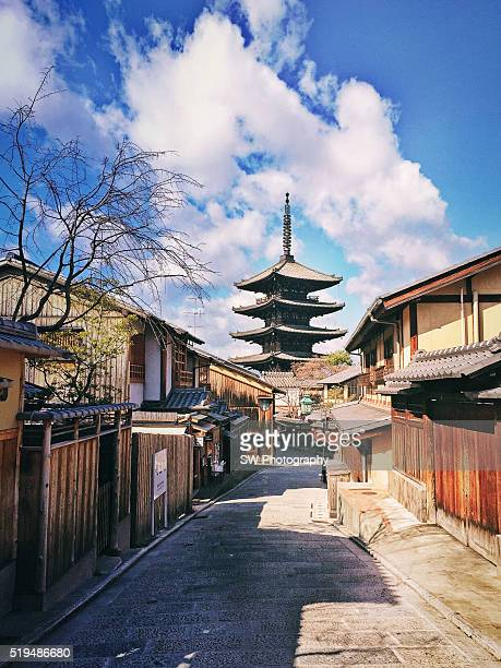 alley with view of yasaka tower, higashiyama-ku, kyoto, japan - kyoto prefecture stock pictures, royalty-free photos & images