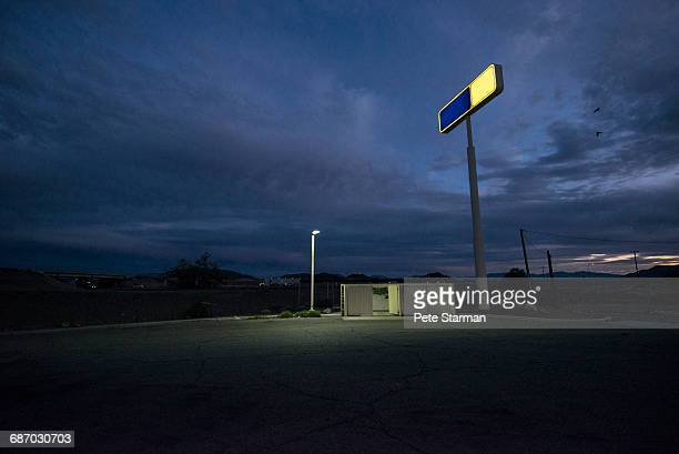 alley/parking lot behind remote gas station. - カリフォルニア州ベーカー ストックフォトと画像